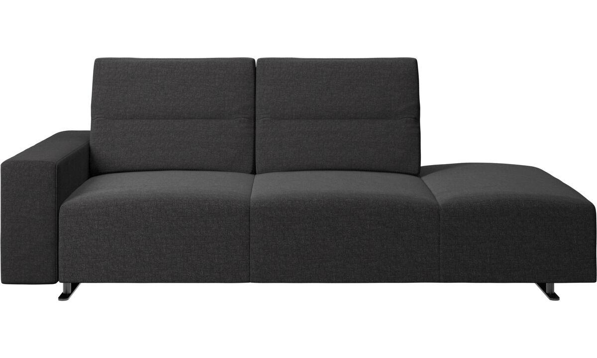 Sofas with open end - divano Hampton con schienale regolabile e modulo relax sul lato destro, contenitore e bracciolo sul lato sinistro - Nero - Tessuto