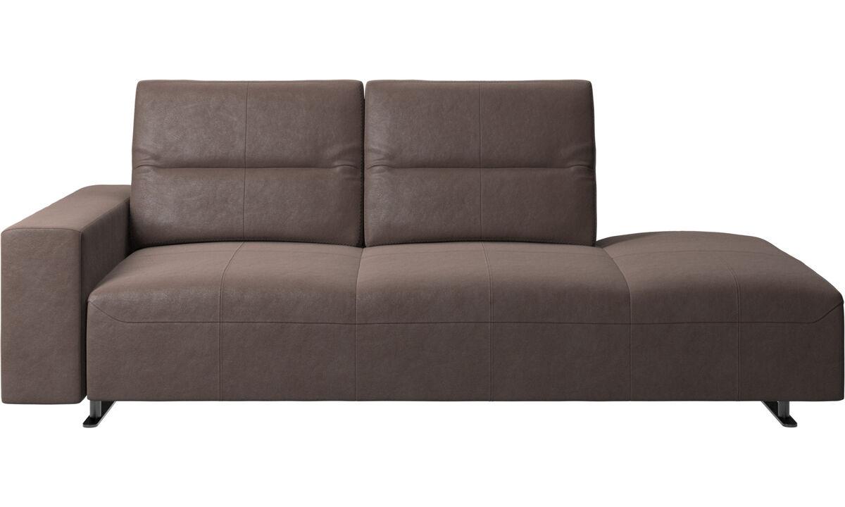Sofás con lado abierto - Sofá Hampton con respaldo ajustable y módulo de descanso en lado derecho, módulo de almacenamiento y brazo izquierdo - En marrón - Piel